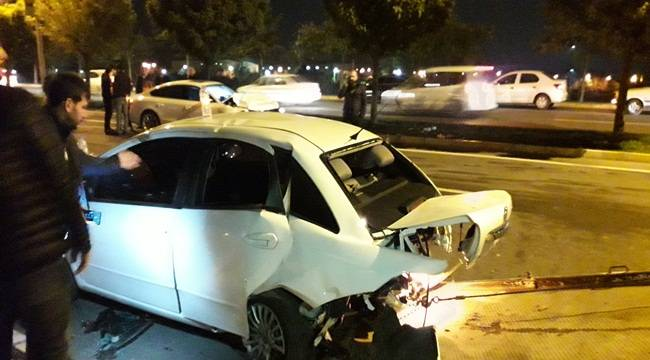 Yolcu İndiren Arabaya Çarptı 3 Yaralı