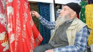 80 yaşında, 50 yıldır kumaş satıyor