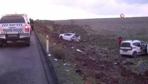 Diyarbakır'da İki Araç Şarampole Yuvarlandı: 1'i Ağır 2 Yaralı