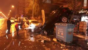 Emniyet Caddesinde Otomobiller Kafa Kafaya Çarpıştı