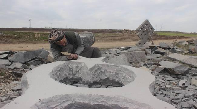 Bazalt Taşlara Şekil Vererek Sanat Eseri Oluşturuyor