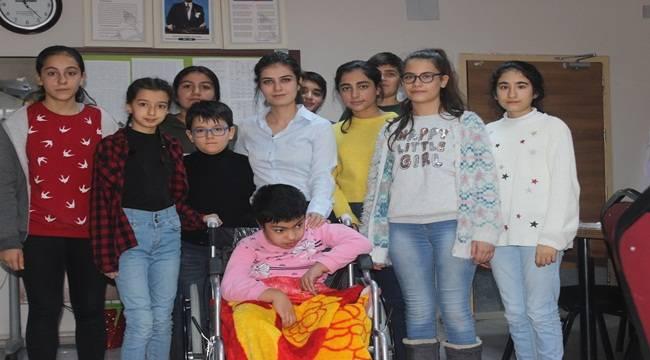 Öğrenciler Topladıkları Kapaklarla Tekerlekli Sandalye Aldı
