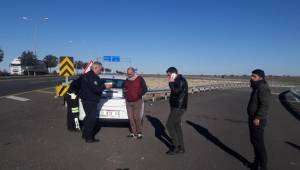 Otomobil Bariyerlere Çarptı 4 Yaralı