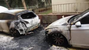 Park Halindeki 2 Otomobil Ateşe Verildi