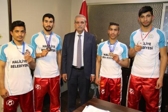 Şampiyonları Madalyalarını Demirkol'a Hediye Etti