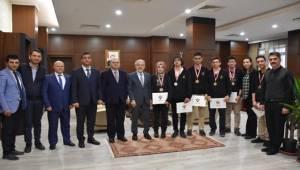 Bilim Ödülü Alan Öğrencilerden Rektör Çelik'e Ziyaret