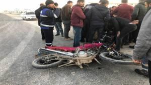 Çarptığı Motosikletteki Yaralıları Bırakıp Kaçtı