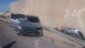 Otomobil Bariyerlere Çarptı 2 Yaralı