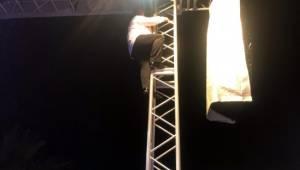 Bülent Serttaş Şanlıurfa'da sahne direğine tırmandı