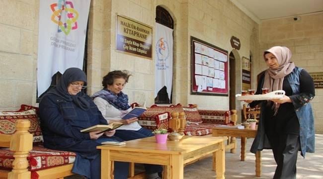 Kitap Okuyana Ücretsiz Çay ve Kurabiye İkram Ediliyor