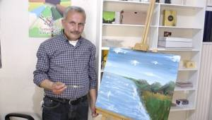 Resim Çizmeyi Öğreterek Geçimini Sağlıyor