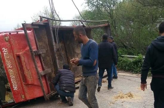 Şanlıurfa'da saman yüklü kamyon devrildi