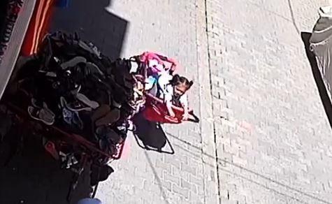 Bebek arabasından düşen çocuk güvenlik kamerasında