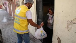 Evlere ve hasta yakınlarına iftar ikramı