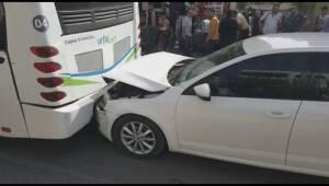 Otomobil halk otobüsüne çarpıştı 1 yaralı