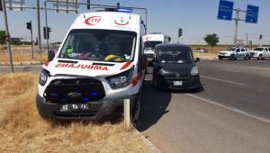 Ambulans ile hafif ticari araç çarpıştı 2 yaralı