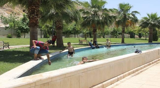 Çocuklar Süs Havuzlarına Girerek Serinledi