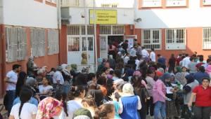 Öğrenciler İçeride Aileleri Dışarıda Ter Döktü