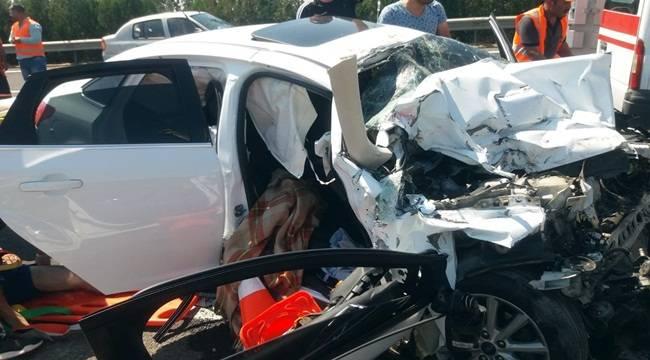 Otomobil Kamyona Çarptı 1 Ölü 2 Yaralı