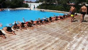 Akçakale'de Yüzme Havuzu Dolup Taşıyor