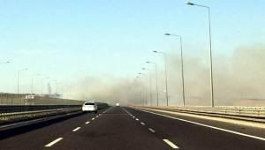 Anız Yangını Sürücülere Zor Anlar Yaşatıyor