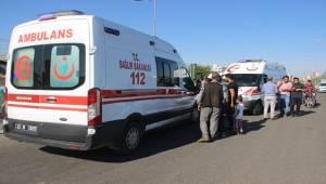 Minibüs ile Otomobil Çarpıştı 8 Yaralı