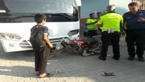Otobüsünün Çarptığı Motosikletli Yaralandı