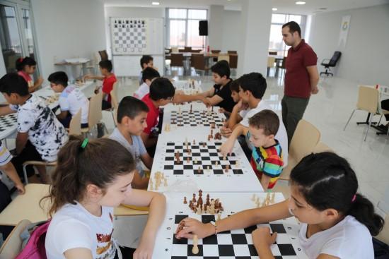Gençler Haliliye Belediyesi ile satranç öğreniyor