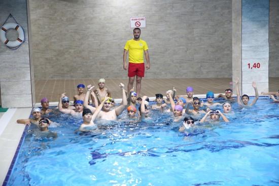 Haliliye'de gençler ücretsiz yüzme öğreniyor
