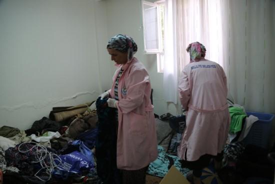 Yaşlı kadının evinde istiflediği eski eşyalar temizlendi