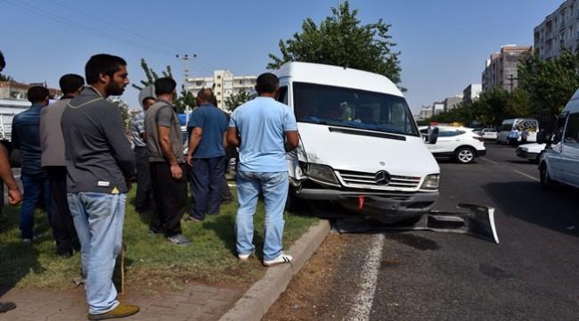 Minibüs ile Otomobil Çarpıştı 3 Kişi Yaralandı
