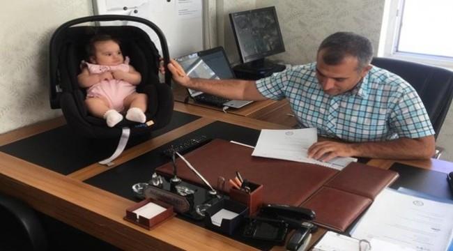 Urfa'da Okul Müdürü Öğretmenin Çocuğuna Bakıyor