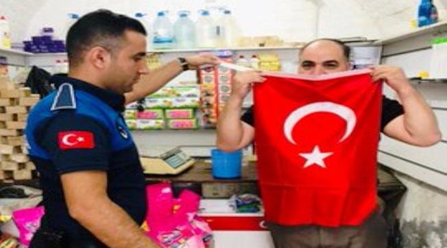 Eyyübiye'de Vatandaşlara Türk Bayrağı Dağıtıldı