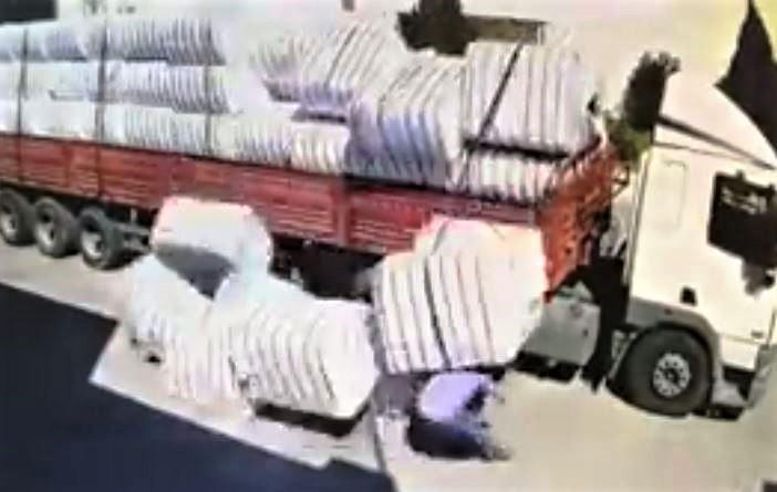 Pamuk Balyalarını Altında Kalan Sürücü Yaralandı