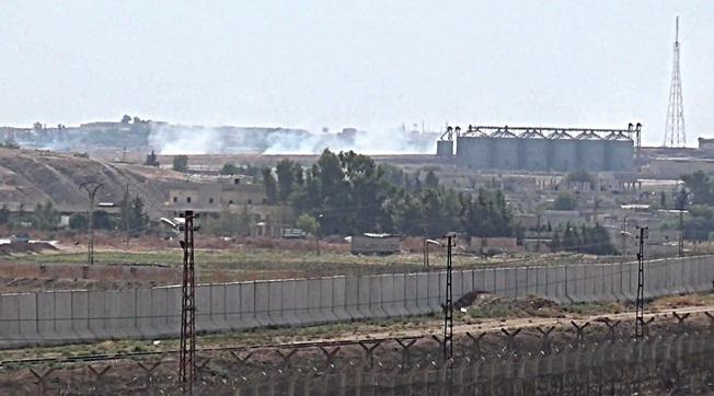 PKK/PYD'li Teröristler Hendek Kazıyor
