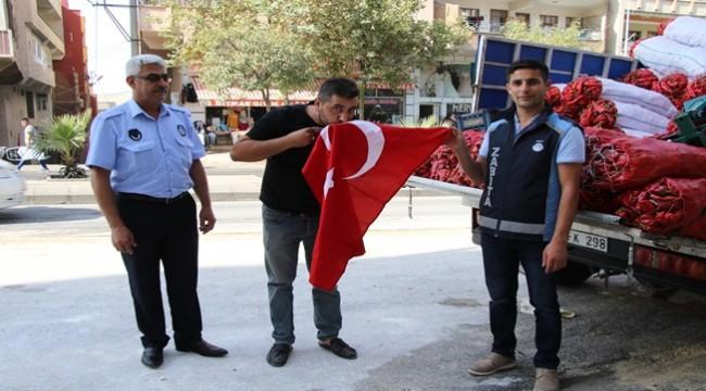 Şanlıurfalı Vatandaşlara Türk Bayrağı Dağıtıldı