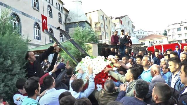 Şehidin cenazesinde bazı vatandaşlar CHP'ye tepki gösterdi