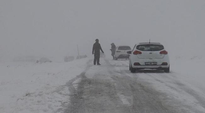 Karacadağ'da Kar ve Tipi Nedeniyle Yollar Kapandı