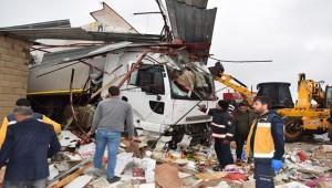 Viranşehir'de Tır Markete Daldı 4 Yaralı