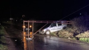 Direk aracın üzerine düştü, sürücü yaralandı