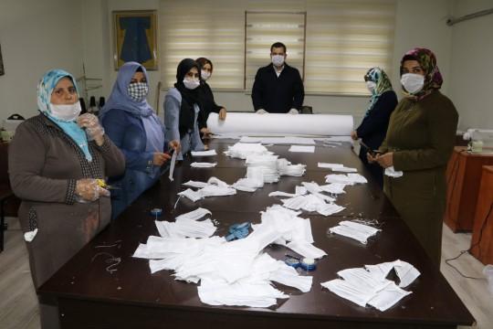 Karaköprü belediyesi sağlık çalışanları için maske üretiyor