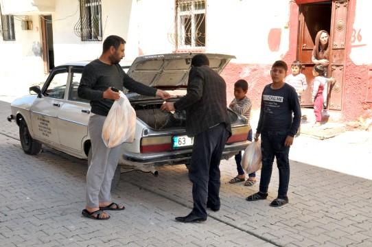 Mahalle muhtarı ekmeksiz kalan vatandaşın imdadına yetişiyor