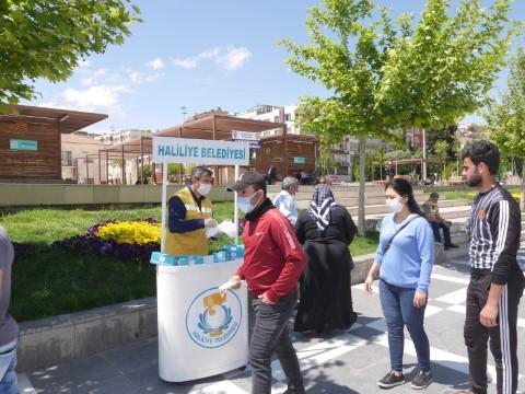 Haliliye'de maske üretimi ve dağıtımı sürüyor