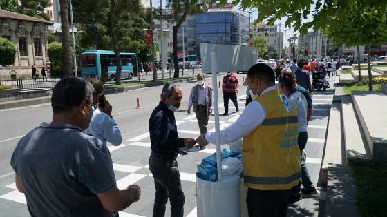 Haliliye'de vatandaşa maske dağıtımı sürüyor