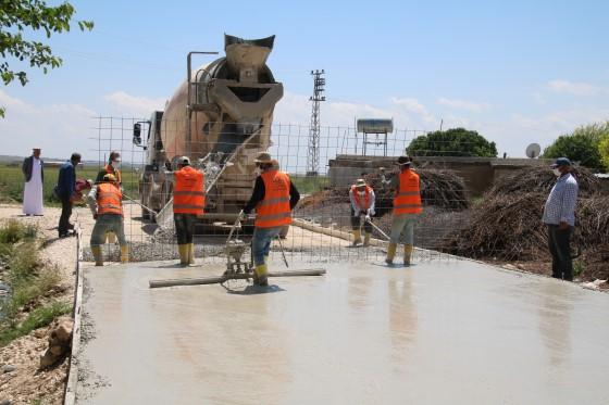 Kırsal mahallelerde beton yol yapıldı