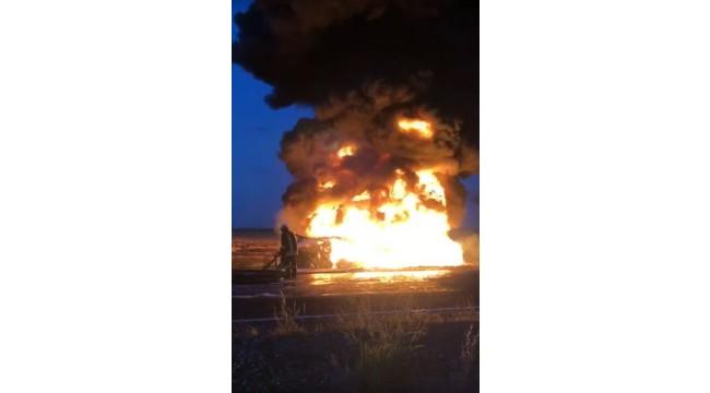 Sınırdaki anız yangını araca sıçradı