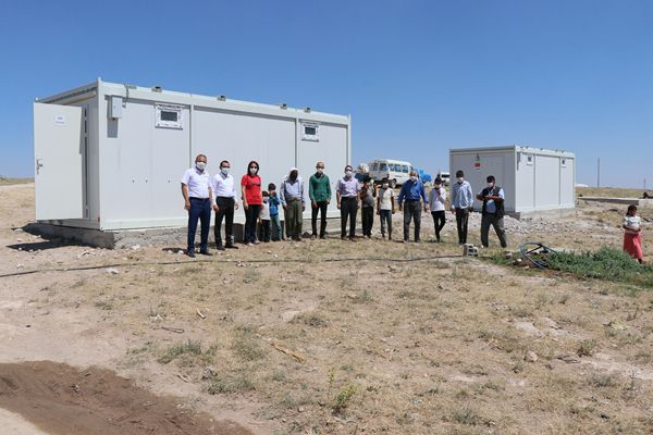 Çadırlarda yaşayan mevsimlik tarım işçilerine konteyner