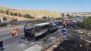 Şanlıurfa'da yolcu otobüsü yanarak kül oldu (Video)