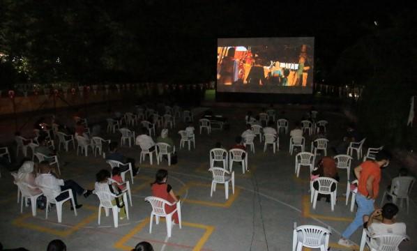 Büyükşehir'den sosyal mesafeli açık hava sineması (Videolu Haber)