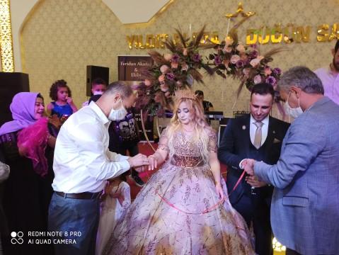 Yavuz Gazi'nin nişan yüzüğünü taktı